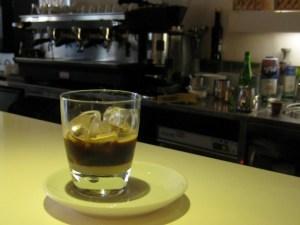 Caffè in ghiaccio con latte di mandorla pre-stir