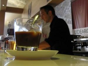 Caffè in ghiaccio con latte di mandorla post-stir